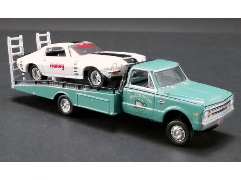 1:64 ACME 1967 Chevrolet Ramp Truck w/ 1971 Chevy Camaro Z/28